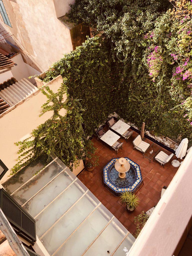 palacio-ca-sa-galesa-hotel-patio-fuente